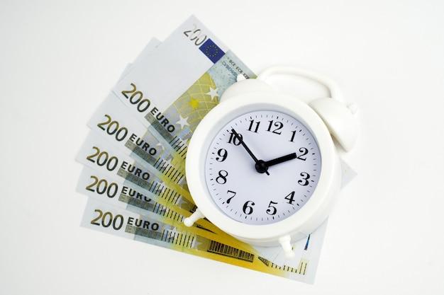 Retro stijl wekker euro contant geld geïsoleerd