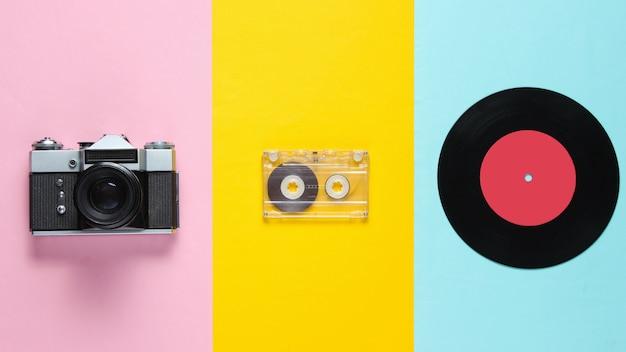 Retro stilleven, jaren 70. vinylplaat, audiocassette en filmcamera. bovenaanzicht. plat leggen