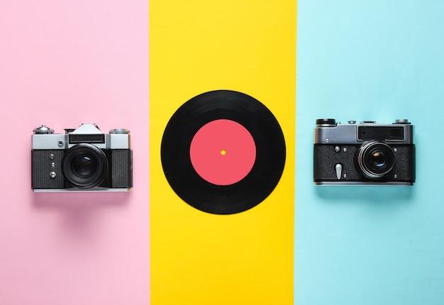 Retro stilleven, jaren 70. vinylplaat en twee filmcamera. bovenaanzicht. plat leggen