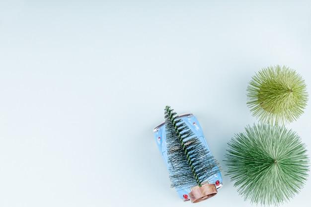 Retro stuk speelgoed auto carring sparren blauwe achtergrond, kerstmis het winkelen kaart