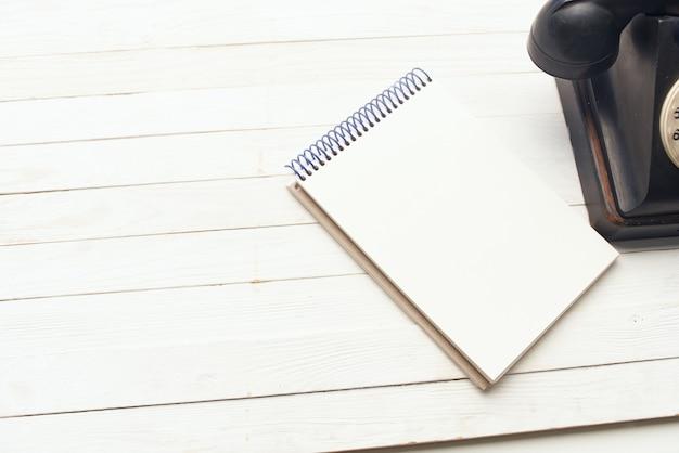 Retro telefoon notitieblok houten tafelblad weergave