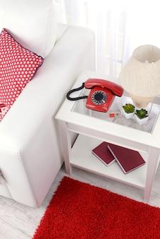 Retro telefoon op nachtkastje in de kamer
