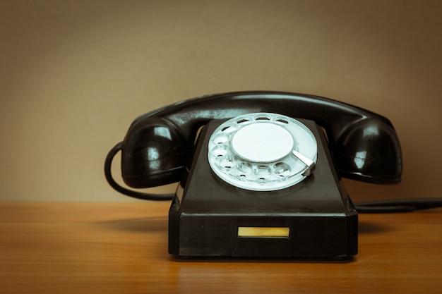 Retro telefoon op tafel
