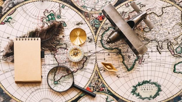 Retro toeristische benodigdheden en een notebook