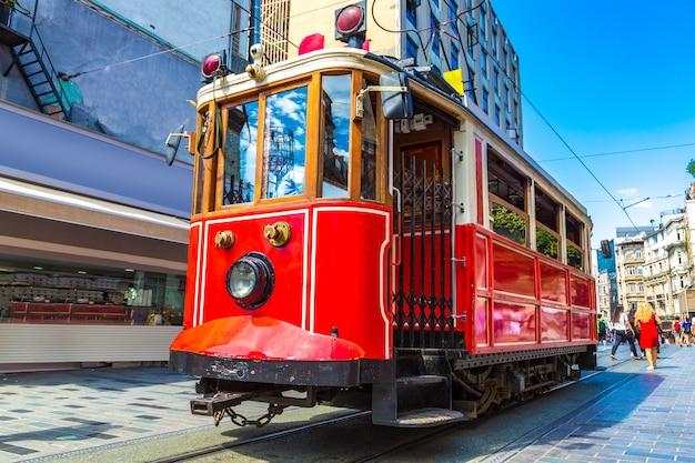 Retro tram op taksim istiklal-straat in istanboel, turkije