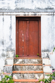 Retro trap, rode deuren