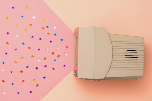 Retro tv op roze en rode achtergrond. vintage elektronica. het uitzicht vanaf de top.