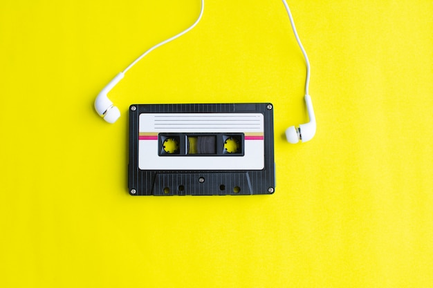 Retro van bandcassette op geel