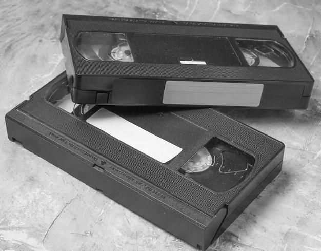Retro vhs videocassettes uit de jaren 80 op beton
