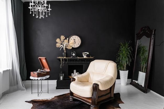 Retro vintage interieur. retro woonkamerbinnenland in donkere zwarte kleuren. retro lederen stoel en open haard