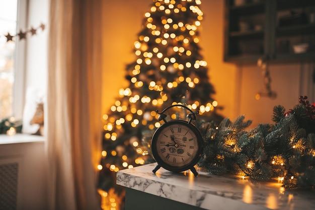 Retro vintage wekker in feestelijke kerst wintersfeer.