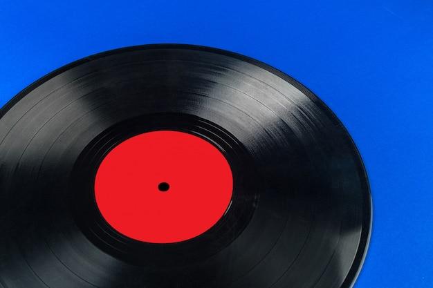 Retro vinyl record op blauw