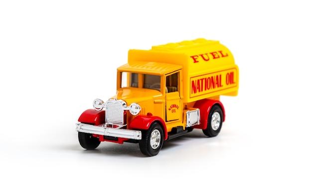 Retro vrachtwagen met het opschrift national oil