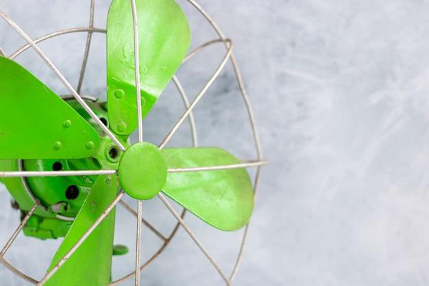 Retro waaier van groene kleur als decoratie