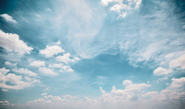 Retro wolkenhemel achtergrond witte pluizige cloudscape stijl van de aard retro kleur