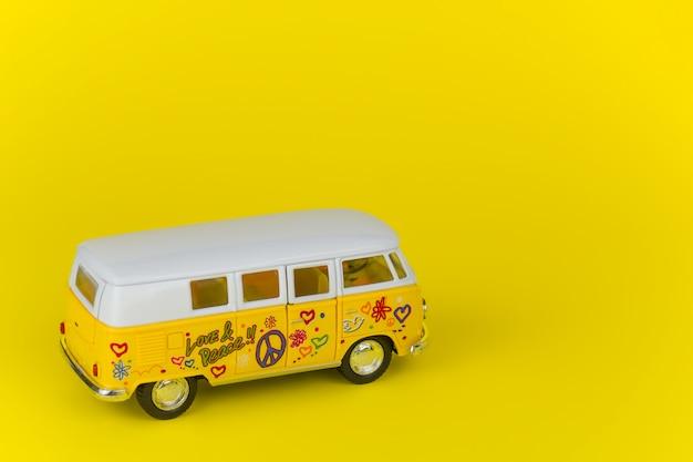 Retro wolkswagen busspeelgoed dat over geel wordt geïsoleerd