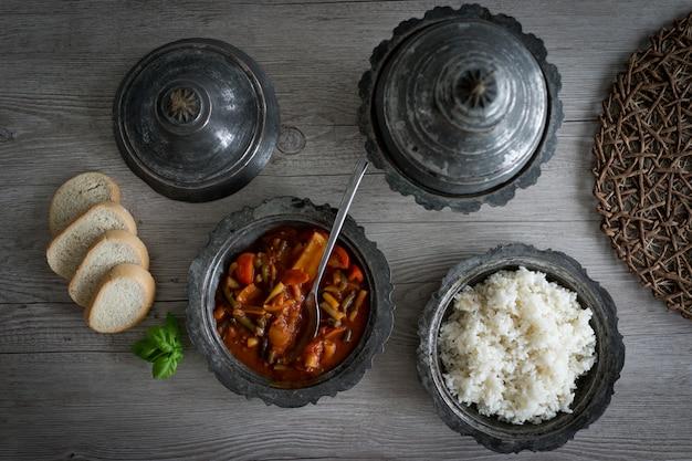 Retro zilveren gebruiksvoorwerp en borden met voedsel