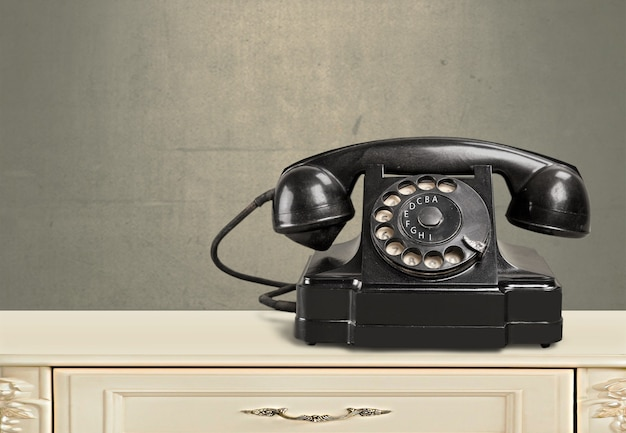 Retro zwarte telefoon op achtergrond