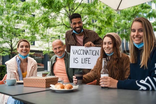 Reünie van gelukkige familie buiten in het stadsleven na covid19-vaccinatie