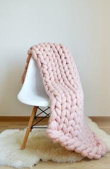 Reus roze geruite deken wollen gebreid op witte houten kruk stoel home scandinavische stijl