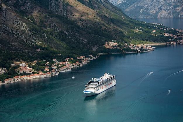 Reusachtig cruiseschip in de haven van de stad kotor montenegro