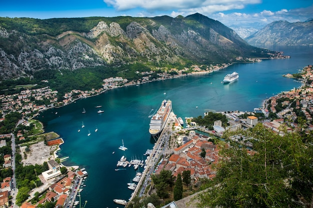 Reusachtig cruiseschip in de haven van de stad kotor, montenegro