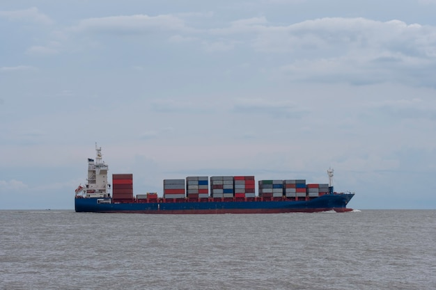 Reusachtig schip vervoert zeecontainer op zee