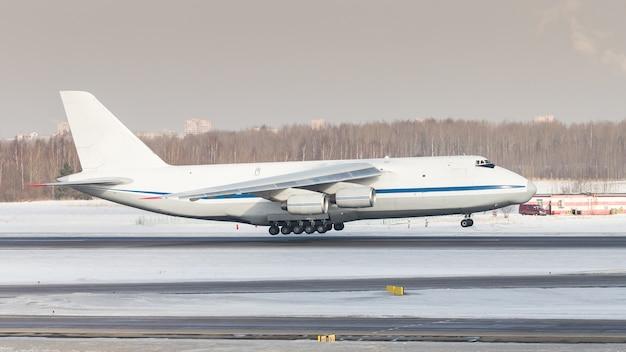 Reusachtig wit vrachtvliegtuig opstijgen