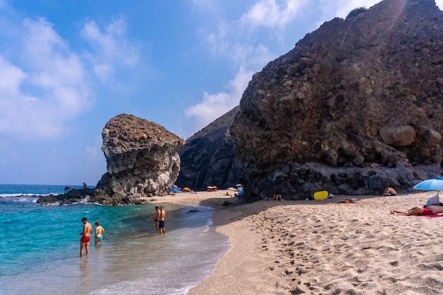 Reusachtige beroemde rots in het centrum van la playa de los muertos in het natuurpark cabo de gata, nijar, andalusië. spanje