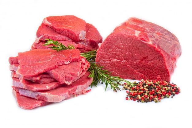 Reusachtige rood vleesbrok en lapje vlees dat op wit wordt geïsoleerd