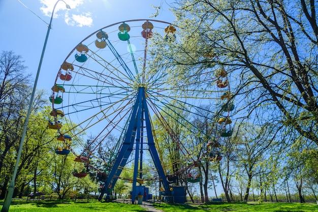 Reuzenrad in een stadspark in kremenchug, oekraïne