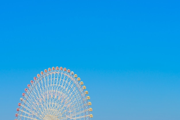 Reuzenrad met blauwe hemel