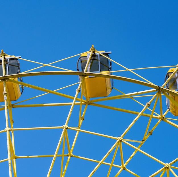 Reuzenrad met gele hutten