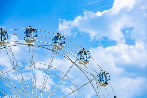 Reuzenrad op bewolkte hemelachtergrond