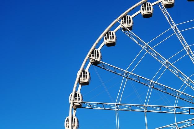 Reuzenrad op blauwe hemelachtergrond