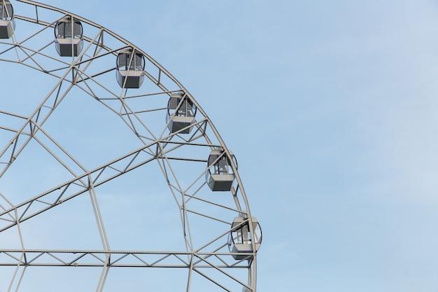 Reuzenrad op een zomerdag tegen een heldere hemel, copyspace