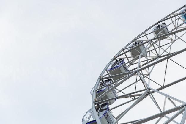 Reuzenrad op een zomerdag tegen een heldere hemel.