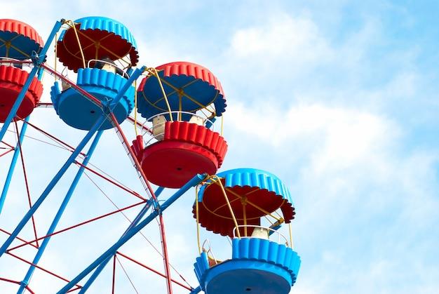 Reuzenrad op het blauwe hemeloppervlak