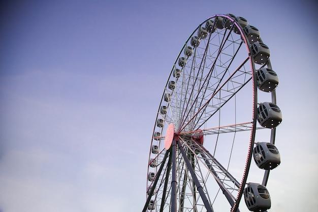Reuzenrad verlicht tegen een donkere hemel in de avond. attractiepark. vrijetijdsactiviteiten