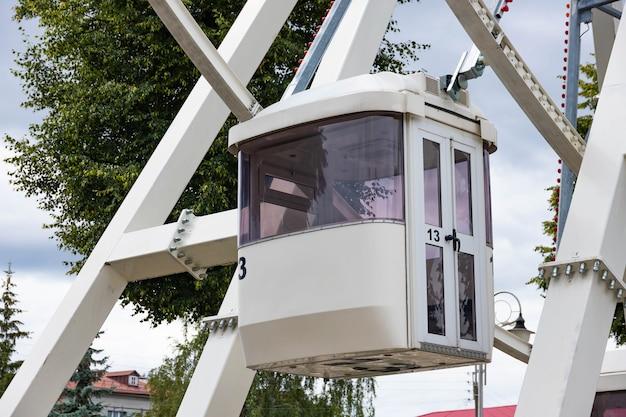 Reuzenradrit in een openbaar park. het concept van entertainment, recreatie en reizen.