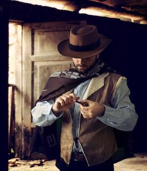 Revolverheld tijdens het scrollen van tabak
