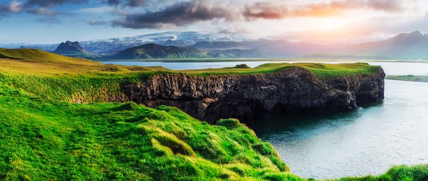 Reynisfjara zwart zandstrand in ijsland. reynisfyal-gebergte