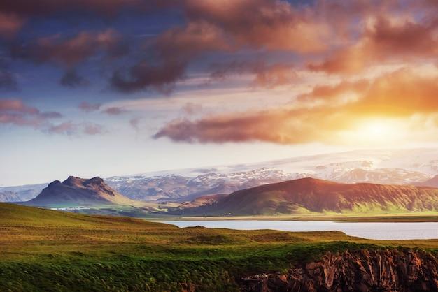 Reynisfjara zwart zandstrand in ijsland