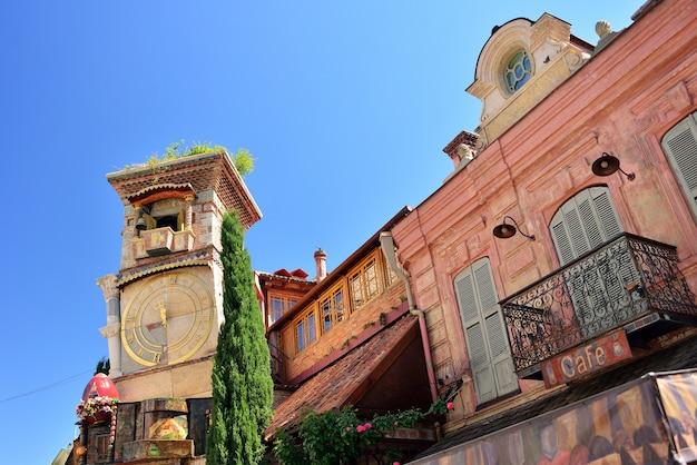 Rezo gabriadze vallende toren. marionettentheater in het centrum van tbilisi. georgië land.