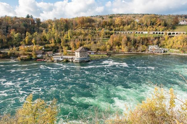 Rheinfall in de herfst, de grootste waterval van europa