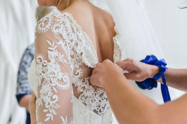Ribbelst op de poot van een bruid, trouwdagmomenten