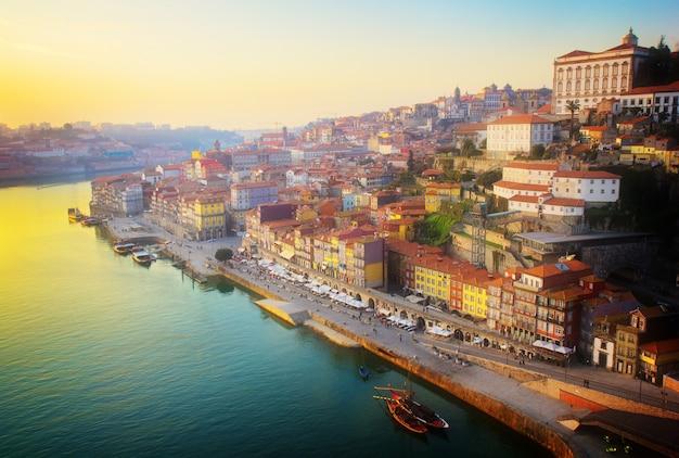 Ribeira en douro rivier porto bij zonsondergang, portugal, retro toned