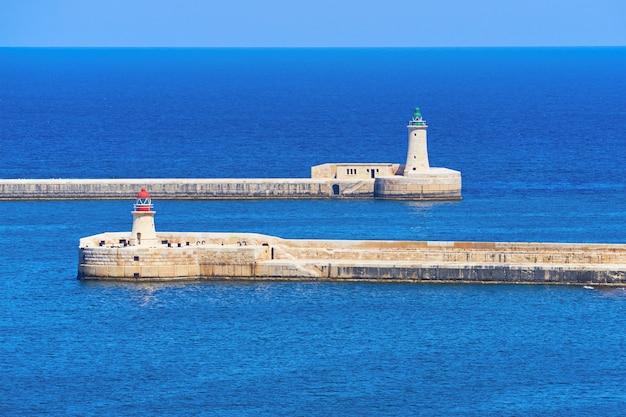 Ricasoli en st. elmo-vuurtoren bij haven in kalkara dichtbij de grote haven van valletta in malta.