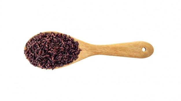 Riceberry op een houten gietlepel op een witte achtergrond.