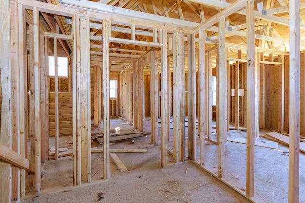 Richt de mening van binnenland van frame huis in aanbouw woonhuis in amerikaan